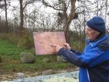 Hendrik de Jong toont foto van opgraving
