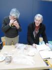 Berend Jan Grootenhuis en Joules Klees Schokland van de werkgroep zwerfstenen met een nauwkeurige determinatie