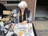 Yma van den Driest, met het prepareren van fossielen