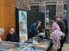 Bezoekers krijgen uitleg over fossiele botten uit de Noordzee